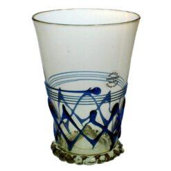 Glas med blå zig-zagdekor